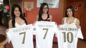 Estas son las 3 camisetas que se rifaron entre nuestros asociados este fin de semana, modeladas por las chicas de Hooters San Pedro